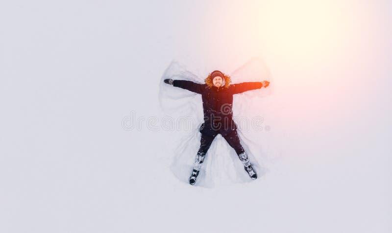 Hombre del ángel de la nieve de la visión superior en diciembre foto de archivo libre de regalías