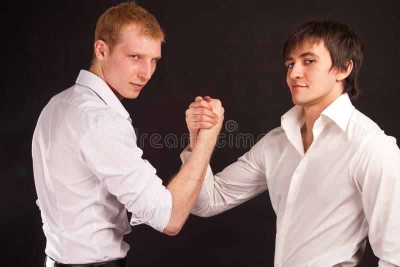 Hombre del adulto dos en sacudida de la mano del asunto fotos de archivo libres de regalías