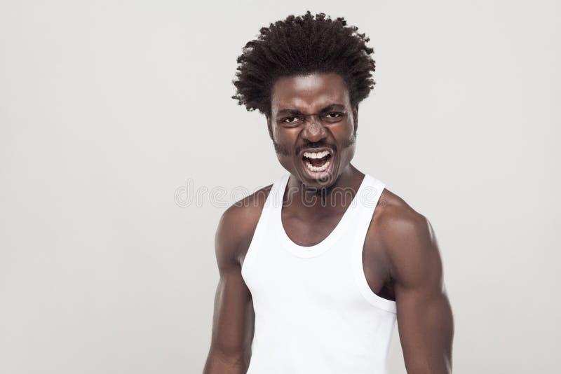 Hombre del Afro en la camiseta blanca que grita en la cámara fotos de archivo libres de regalías