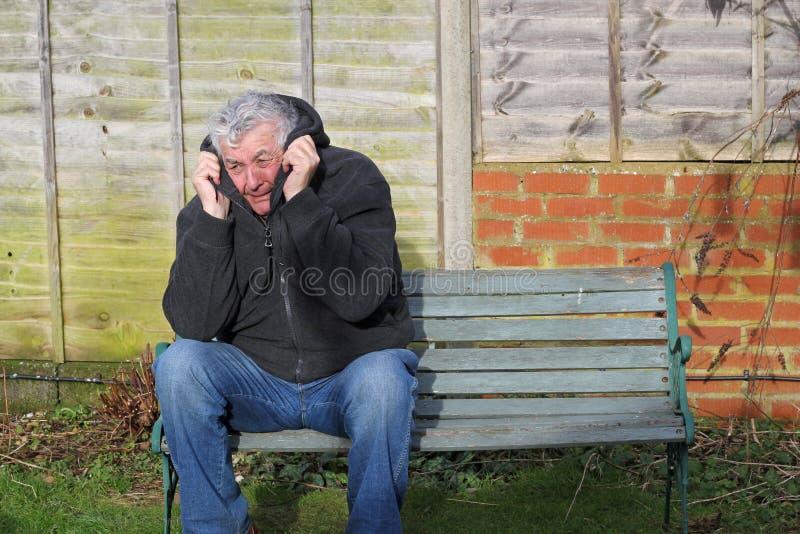 Hombre del ataque de pánico en un banco foto de archivo libre de regalías