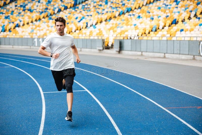 Hombre del atleta que corre en una pista fotografía de archivo libre de regalías