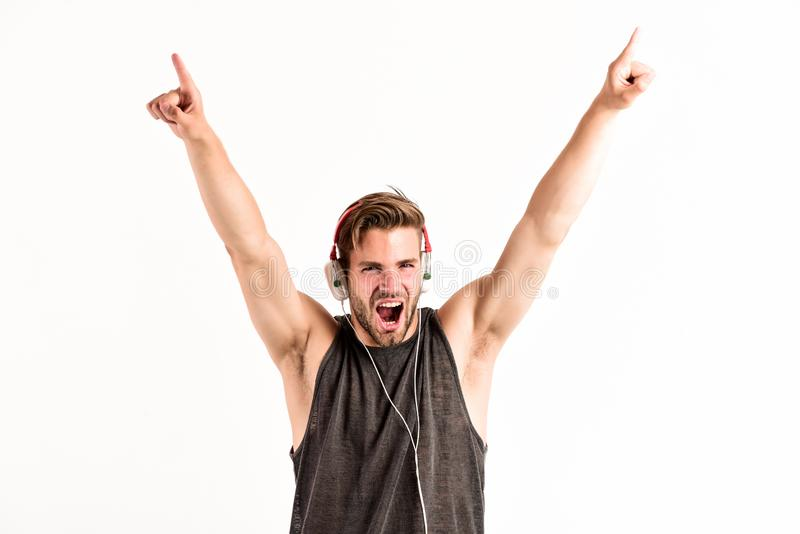 Hombre del baile del festival de música música que escucha del hombre sin afeitar en auriculares hombre muscular atractivo escuch fotos de archivo libres de regalías