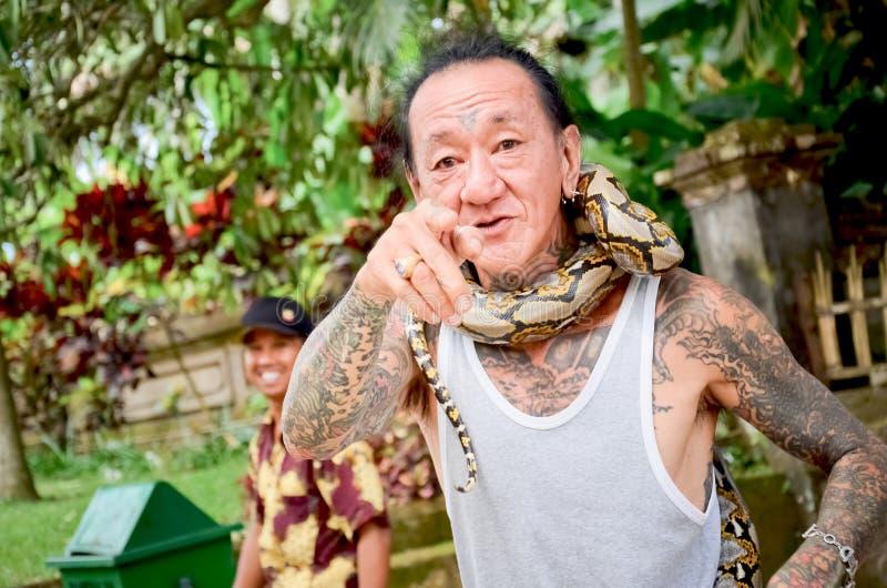 Hombre del Balinese y la demostración de la serpiente foto de archivo