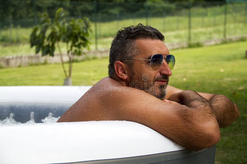 Hombre del balneario en Jacuzzi foto de archivo libre de regalías