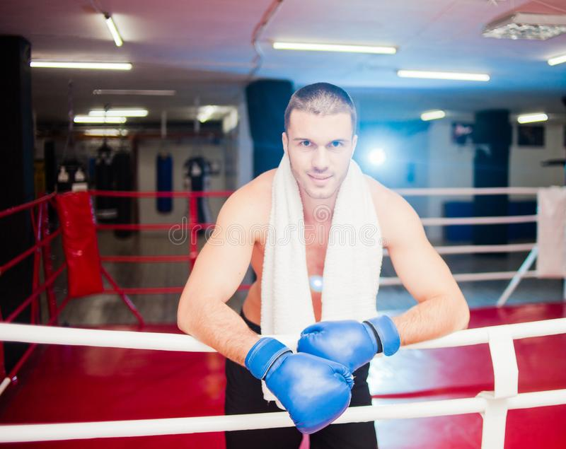 Hombre del boxeador con la toalla foto de archivo