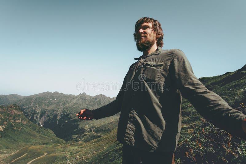 Hombre del caminante que disfruta de Mountain View fotos de archivo libres de regalías