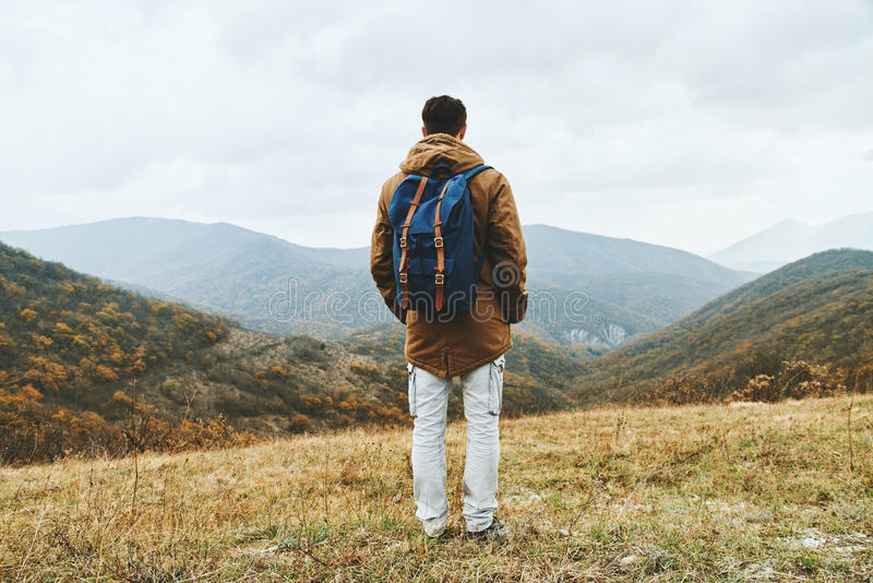 Hombre del caminante que goza por scenics en la estación del otoño fotografía de archivo libre de regalías