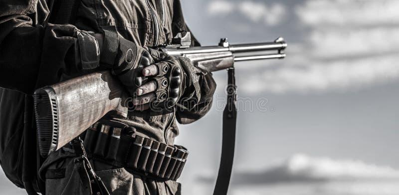 Hombre del cazador Búsqueda de período, estación del otoño El hombre está en la caza Cazador con una mochila y un arma de búsqued imagenes de archivo
