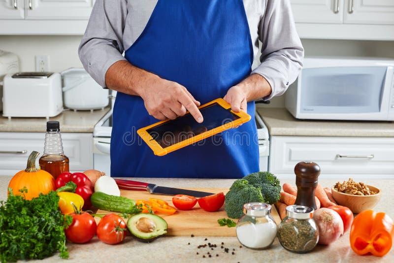 Hombre del cocinero que cocina en la cocina fotografía de archivo libre de regalías