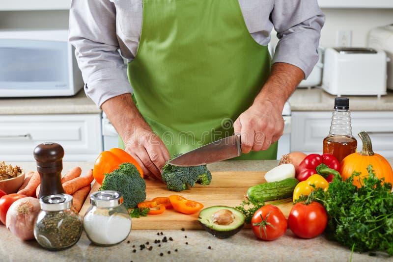 Hombre del cocinero que cocina en la cocina foto de archivo