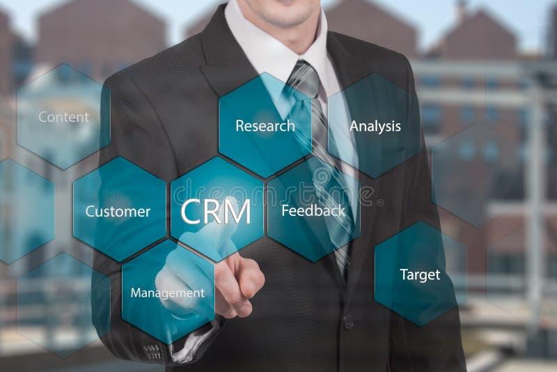 Hombre del concepto de la gestión de la relación del cliente que selecciona CRM imagen de archivo