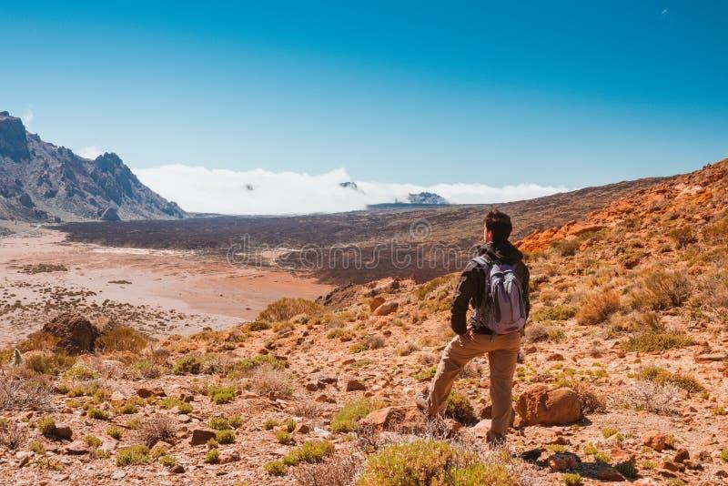Hombre del deporte encima de la montaña Canario de Tenerife imagen de archivo libre de regalías