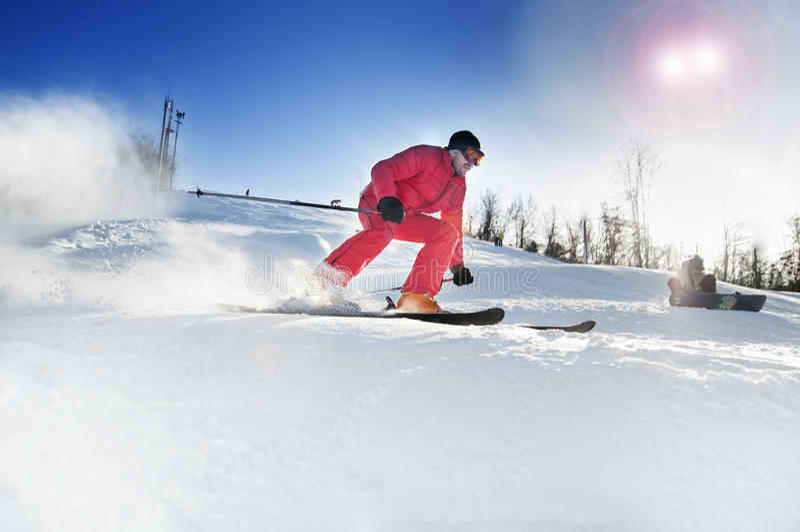 Hombre del esquiador abajo imágenes de archivo libres de regalías