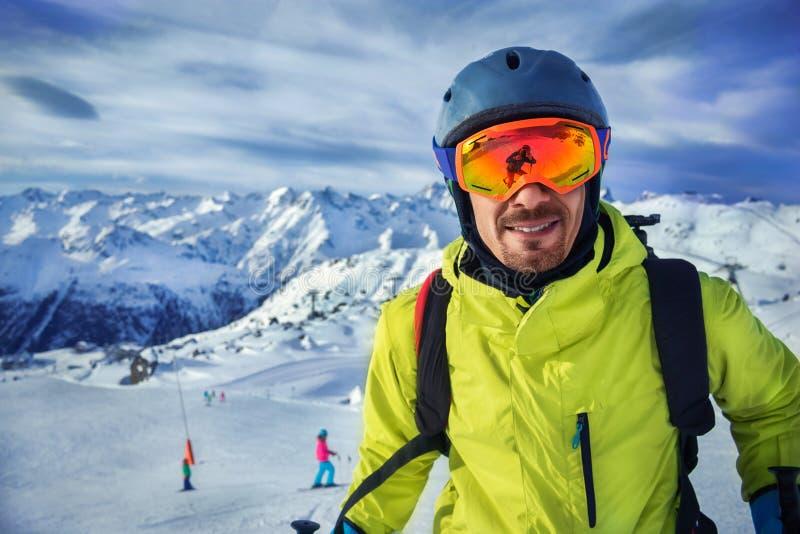 Hombre del esquiador en montañas del invierno fotos de archivo
