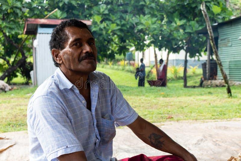 Hombre del Fijian en Fiji que se sienta encima de derecho imagen de archivo libre de regalías