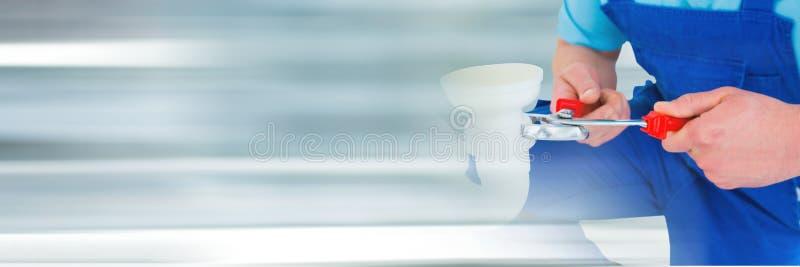 hombre del fontanero que fija un tubo imagen de archivo libre de regalías