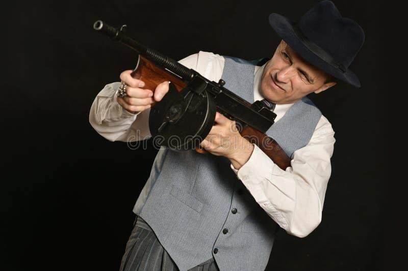 Hombre del gángster en traje con el arma foto de archivo libre de regalías