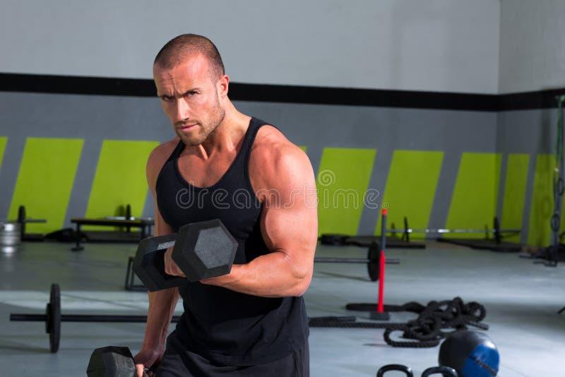 Hombre del gimnasio con el crossfit del ejercicio de las pesas de gimnasia fotos de archivo