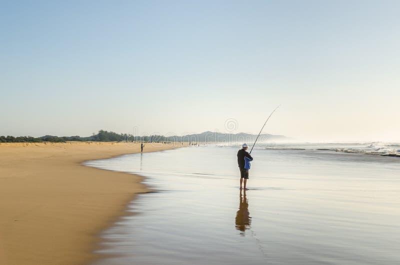 Hombre del humedal de Isimangaliso que pesca en el Océano Índico foto de archivo