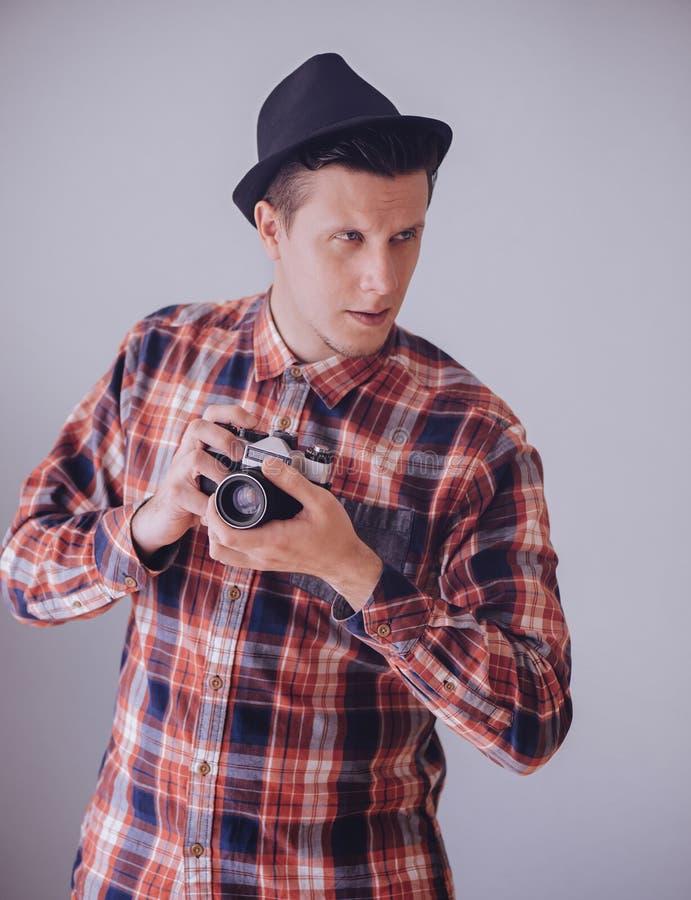 Hombre del inconformista con la cámara vieja de la foto fotografía de archivo