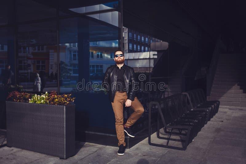 Hombre del inconformista con las gafas de sol que llevan de la barba imagen de archivo