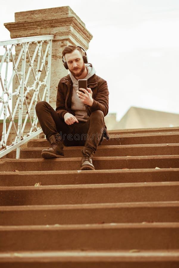 Hombre del inconformista en las escaleras que toman un selfie fotos de archivo