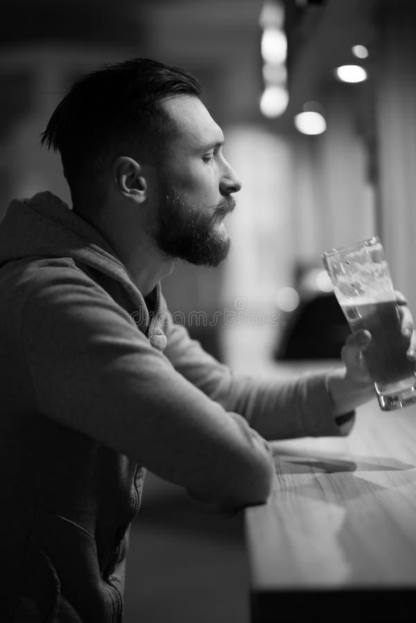 Hombre del inconformista que bebe una cerveza fotografía de archivo libre de regalías