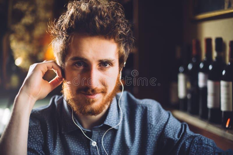 Hombre del inconformista que escucha la música en el pub imagen de archivo libre de regalías