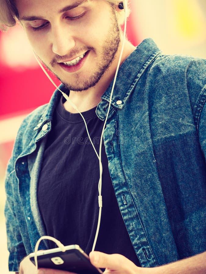 Hombre del inconformista que se coloca en música que escucha de la calle de la ciudad fotos de archivo libres de regalías