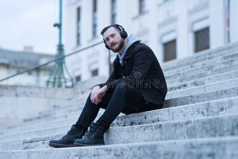 Hombre del inconformista que se sienta en las escaleras imágenes de archivo libres de regalías
