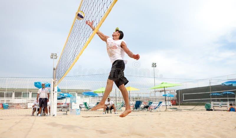 Hombre del jugador de voleibol de playa, hombres de los jugadores fotografía de archivo libre de regalías