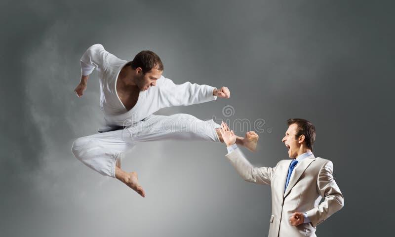 Hombre del karate en el kimino blanco foto de archivo libre de regalías