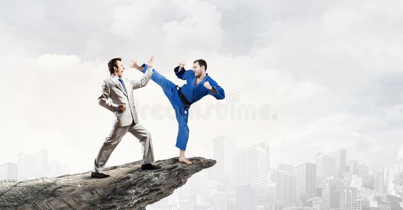 Hombre del karate en kimino azul imagen de archivo libre de regalías