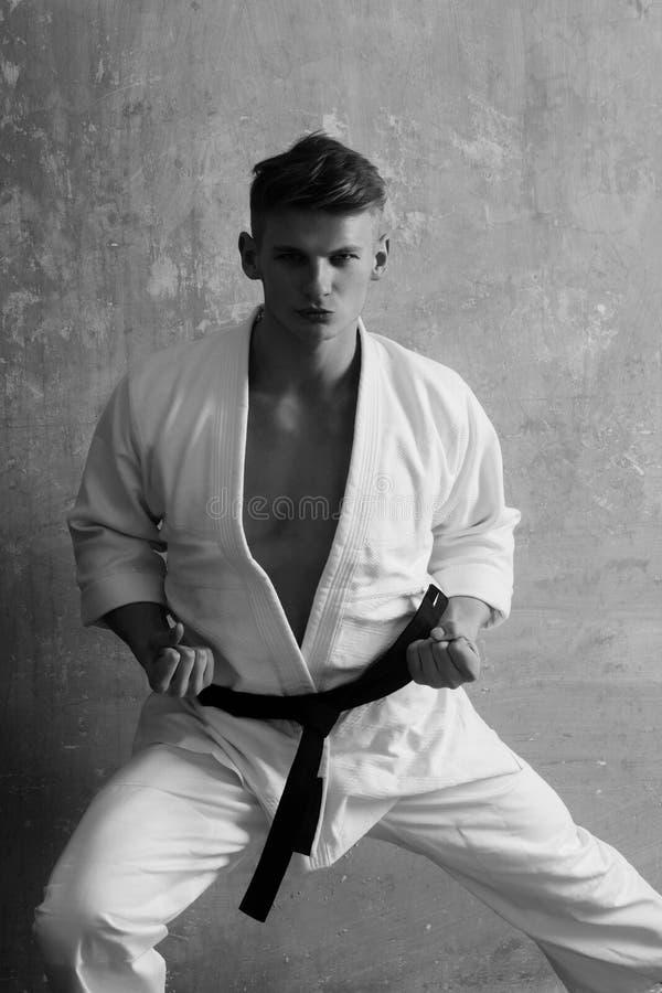 Hombre del karate en un kimono imagenes de archivo