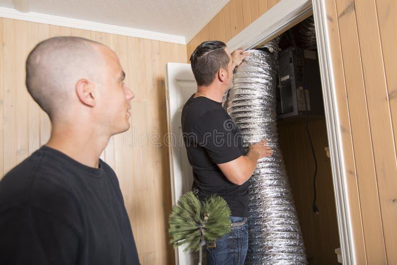 Hombre del limpiador de la ventilación en el trabajo con la herramienta fotos de archivo
