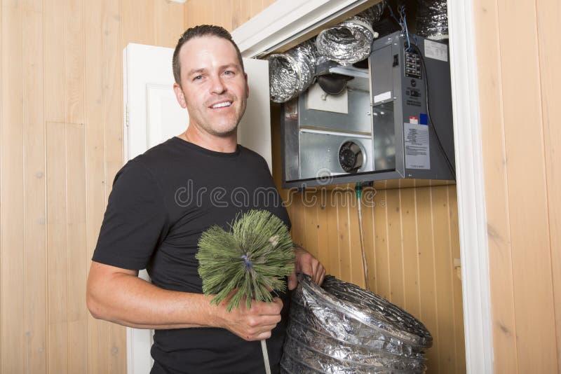 Hombre del limpiador de la ventilación en el trabajo con la herramienta foto de archivo