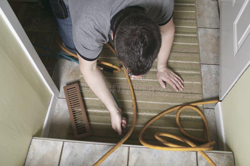 Hombre del limpiador de la ventilación en el trabajo con la herramienta foto de archivo libre de regalías