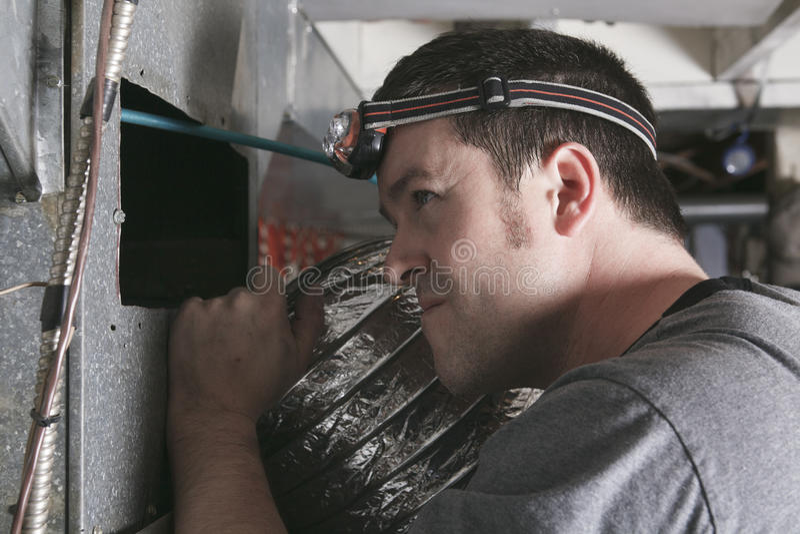 Hombre del limpiador de la ventilación en el trabajo con la herramienta imagen de archivo libre de regalías