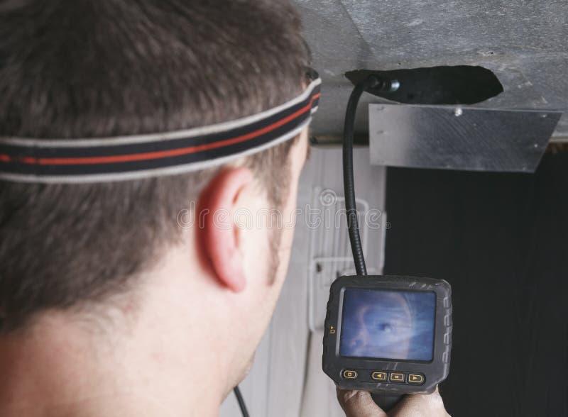Hombre del limpiador de la ventilación en el trabajo con la herramienta imagen de archivo
