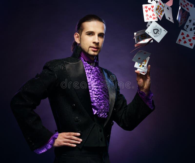 Hombre del mago en traje de la etapa imagen de archivo libre de regalías