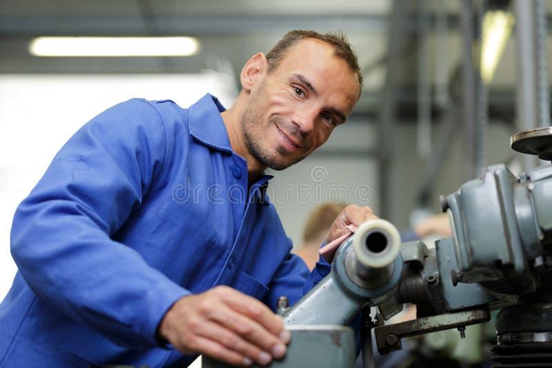 Hombre del mecánico que trabaja con el tubo fotografía de archivo