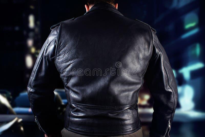 Hombre del motorista en foto del primer de la chaqueta de cuero fotografía de archivo