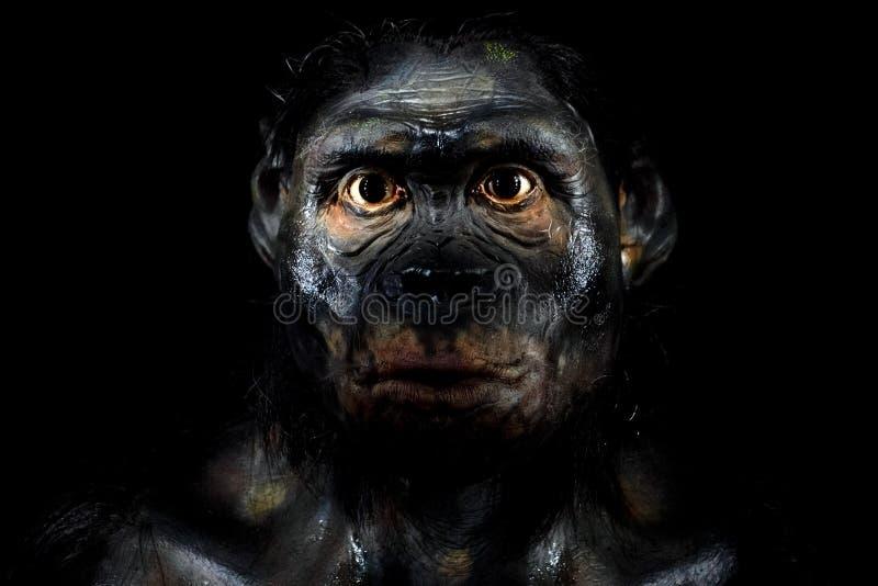 Hombre del Neanderthal aislado en negro fotos de archivo