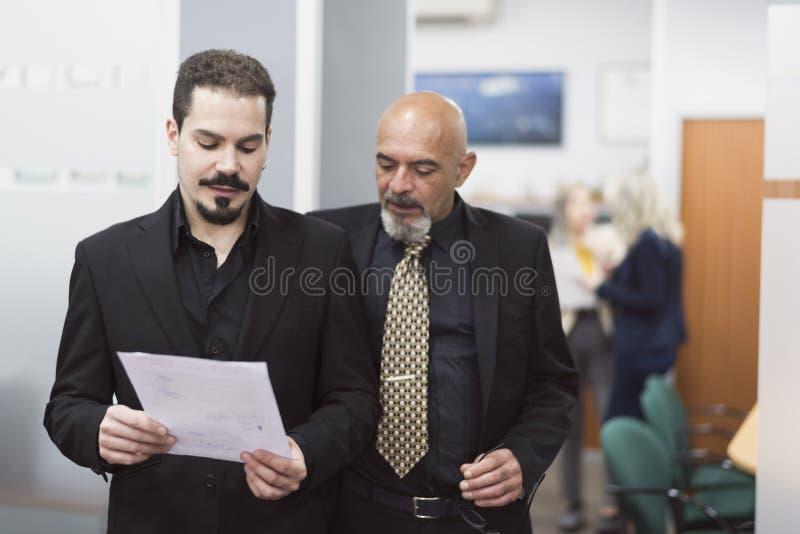 Hombre del oficinista del traje con hablar del papel imagen de archivo libre de regalías