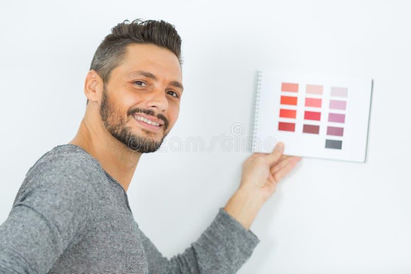hombre del pintor con muestras del color en su mano imágenes de archivo libres de regalías