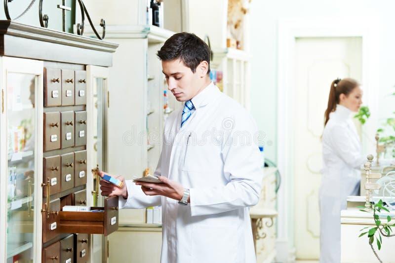 Hombre del químico de la farmacia en droguería fotos de archivo libres de regalías