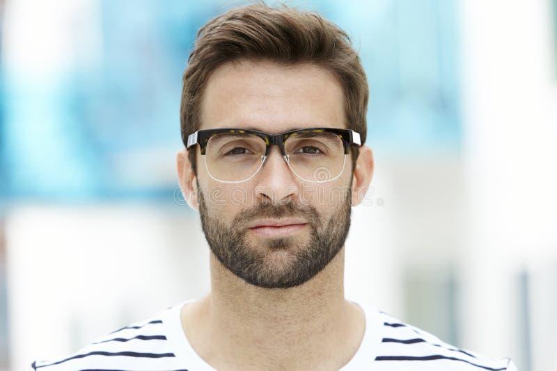 Hombre del rastrojo en gafas fotos de archivo libres de regalías