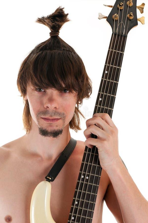 Hombre del retrato con corte de pelo divertido y la guitarra imagen de archivo libre de regalías