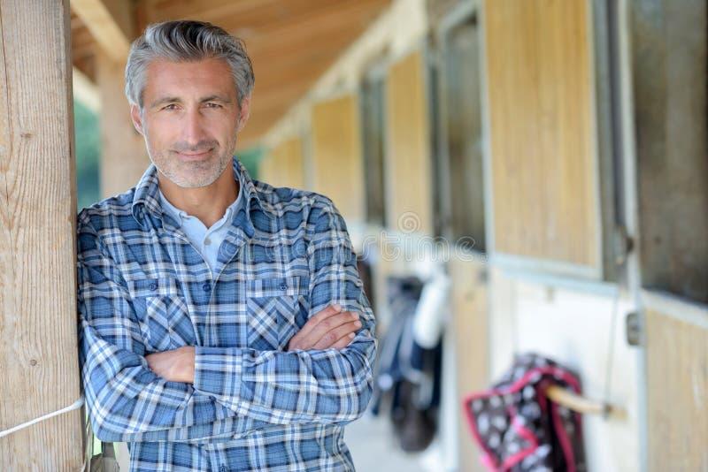 Hombre del retrato en el centro ecuestre foto de archivo libre de regalías