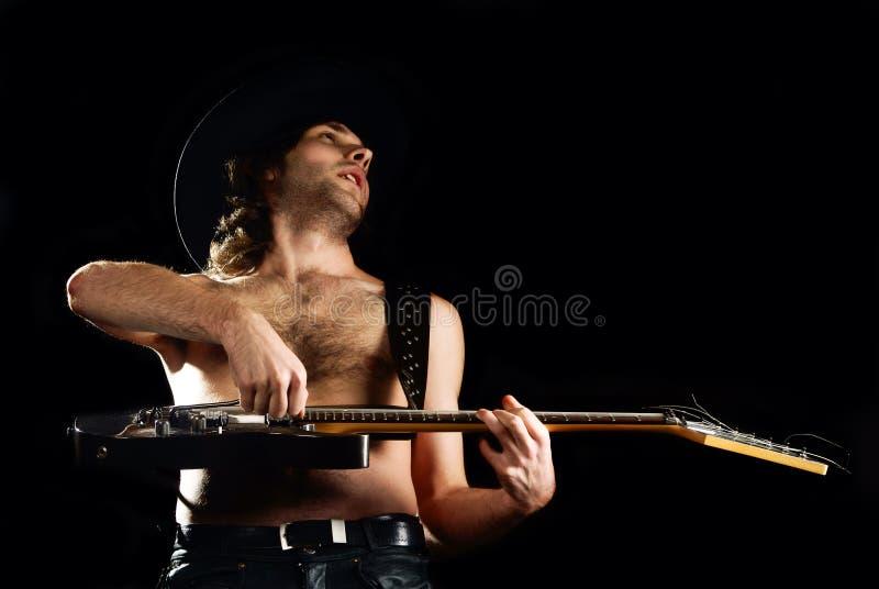 Hombre del rock-and-roll con la guitarra imágenes de archivo libres de regalías